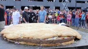أكبر شطيرة همبرغر في العالم